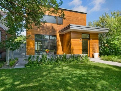 rumah modern dengan dinding luar bermotif kayu