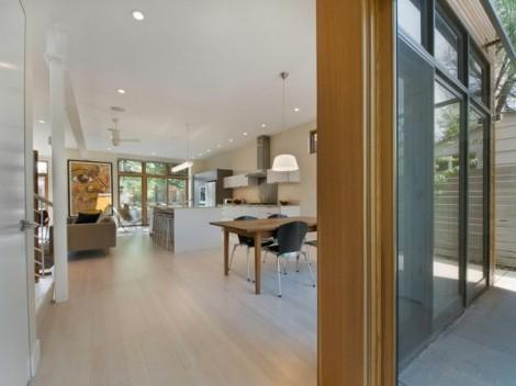 Rumah Modern dengan Dinding Luar Bermotif Kayu 9